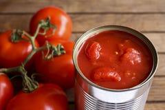Abra la lata de tomates tajados imagen de archivo libre de regalías
