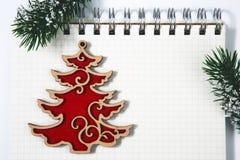 Abra la libreta espiral en blanco con la Navidad de madera roja del gallo concentrada Imagen de archivo