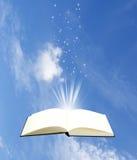Abra la magia del libro en fondo del cielo Fotografía de archivo libre de regalías