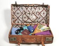 Abra la maleta con los items de las vacaciones Fotos de archivo