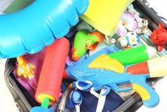 Abra la maleta con los items de las vacaciones Imagen de archivo libre de regalías