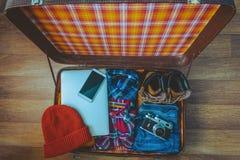 Abra la maleta con ropa casual fotos de archivo libres de regalías