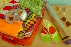 Abra la maleta con ropa y cosas personales llena para viajar concepto del recorrido Abra el bolso del ` s del viajero con la ropa Imagenes de archivo