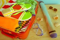Abra la maleta con ropa y cosas personales llena para viajar concepto del recorrido Abra el bolso del ` s del viajero con la ropa Imagen de archivo libre de regalías