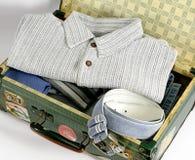 Abra la maleta llena con ropa Foto de archivo