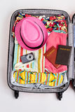 Abra la maleta llena para viajar Imagen de archivo libre de regalías