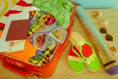 Abra la maleta llena para viajar Maleta con diversas cosas preparadas para el viaje Imagenes de archivo