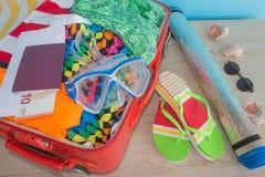 Abra la maleta llena para viajar Maleta con diversas cosas preparadas para el viaje Imagen de archivo