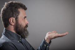 Abra la mano, retrato enorme de la barba, hombre caucásico adulto maduro Fotografía de archivo libre de regalías