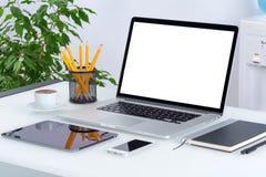 Abra la maqueta del ordenador portátil con la tableta y el smartphone digitales Imagenes de archivo