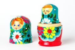 Abra la muñeca hecha a mano rusa en un fondo blanco imagen de archivo