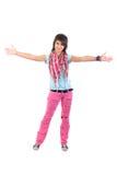 Abra a la muchacha de los brazos en pantalones vaqueros rasgados rosados. Fotografía de archivo