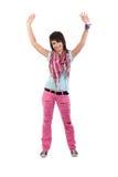 Abra a la muchacha de los brazos en pantalones vaqueros rasgados rosados. Foto de archivo libre de regalías
