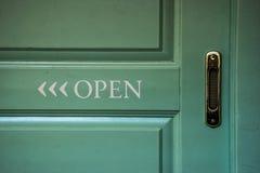 Abra la muestra en una puerta foto de archivo libre de regalías