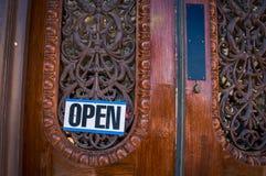 Abra la muestra en una puerta de madera Imágenes de archivo libres de regalías