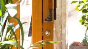 Abra la naturaleza de la puerta en la casa fotografía de archivo