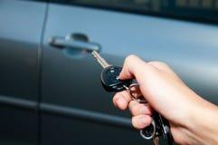 Abra la puerta de coche con teledirigido Fotografía de archivo
