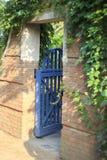 Abra la puerta de jardín azul que lleva en área del jardín botánico imagen de archivo libre de regalías