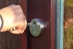 Abra la puerta de madera con la llave fotografía de archivo