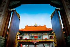 Abra la puerta en el templo chino en Tailandia Foto de archivo