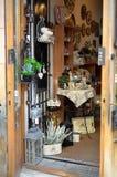 Abra la puerta en la tienda en donde usted puede ver artes hechos a mano y muchas flores Imagenes de archivo