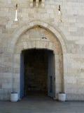Abra la puerta en una pared de piedra antigua imagen de archivo libre de regalías