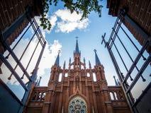 Abra la puerta hacia una iglesia cristiana vieja Fotos de archivo libres de regalías