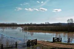 Abra la puerta que acoge con satisfacción la inundación Fotografía de archivo libre de regalías