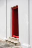 Abra la puerta roja en la pared blanca, fondo Fotografía de archivo
