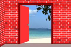 Abra la puerta roja en la playa imagen de archivo libre de regalías