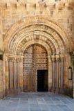 Abra la puerta vieja de la iglesia con los arcos y las columnas de piedra foto de archivo