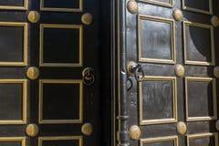 Abra la puerta vieja en la iglesia ortodoxa Fotografía de archivo libre de regalías