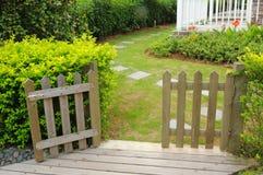 Abra la puerta y la cerca de madera Imagen de archivo libre de regalías