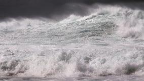 Abra la resaca de la tormenta del invierno del océano en blanco y negro Imágenes de archivo libres de regalías