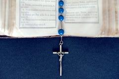 Abra la Sagrada Biblia con la cruz de plata Fotografía de archivo libre de regalías