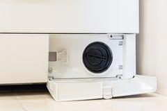Abra la tapa de la opinión inferior del filtro de la lavadora imagen de archivo libre de regalías