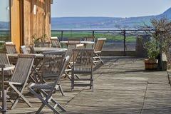 Abra la terraza en restaurante y tienda de vino, los muebles de madera, opinión perfecta sobre vinary y lago imágenes de archivo libres de regalías