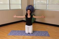 Abra la yoga del corazón Fotografía de archivo