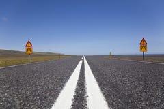 Abra largamente a estrada com sinais de aviso Fotografia de Stock Royalty Free