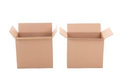 Abra las cajas de cartón acanalado marrones sobre blanco foto de archivo