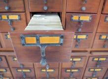 Abra las cajas de madera con las tarjetas de índice en biblioteca Fotografía de archivo libre de regalías