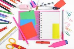 Abra las herramientas del cuaderno y de la escuela o de la oficina en el fondo blanco Fotografía de archivo libre de regalías