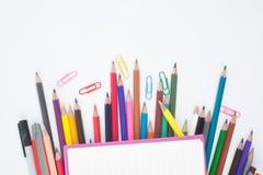 Abra las herramientas del cuaderno y de la escuela o de la oficina en el fondo blanco Imagen de archivo