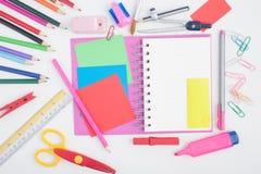 Abra las herramientas del cuaderno y de la escuela o de la oficina en el fondo blanco Foto de archivo libre de regalías