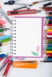 Abra las herramientas del cuaderno y de la escuela o de la oficina en el fondo blanco Fotos de archivo libres de regalías