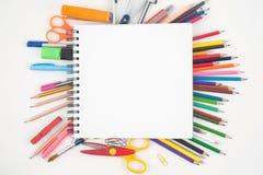 Abra las herramientas en blanco del cuaderno y de la escuela o de la oficina en el fondo blanco y trabaje Fotos de archivo