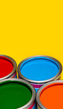 Abra las latas /bucket de la pintura con los colores vivos para el hogar Imagenes de archivo