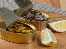 Abra las latas de mariscos preservados Foto de archivo