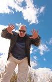 Abra las manos en el cielo azul Imagen de archivo