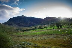 Abra las montañas en el campo Galés Foto de archivo